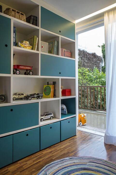 Estante para brinquedos no quarto infantil