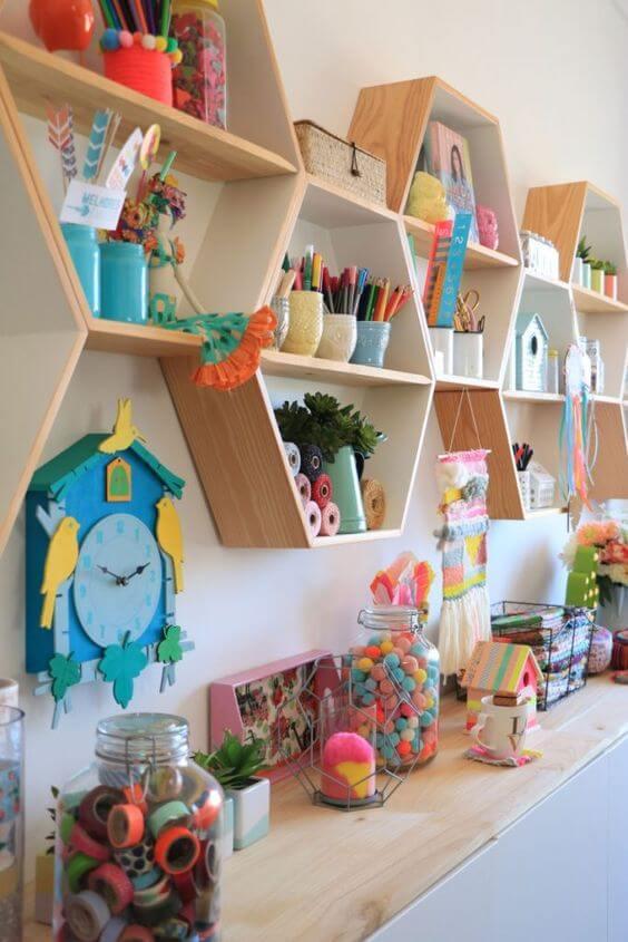 nichos na parede para ajudar a estante para organizar brinquedos