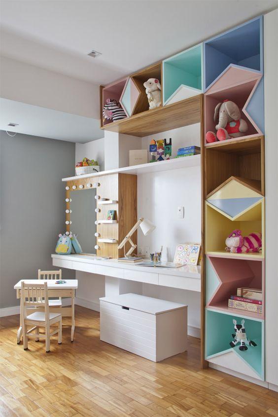 A estante para guardar brinquedos colorida é linda