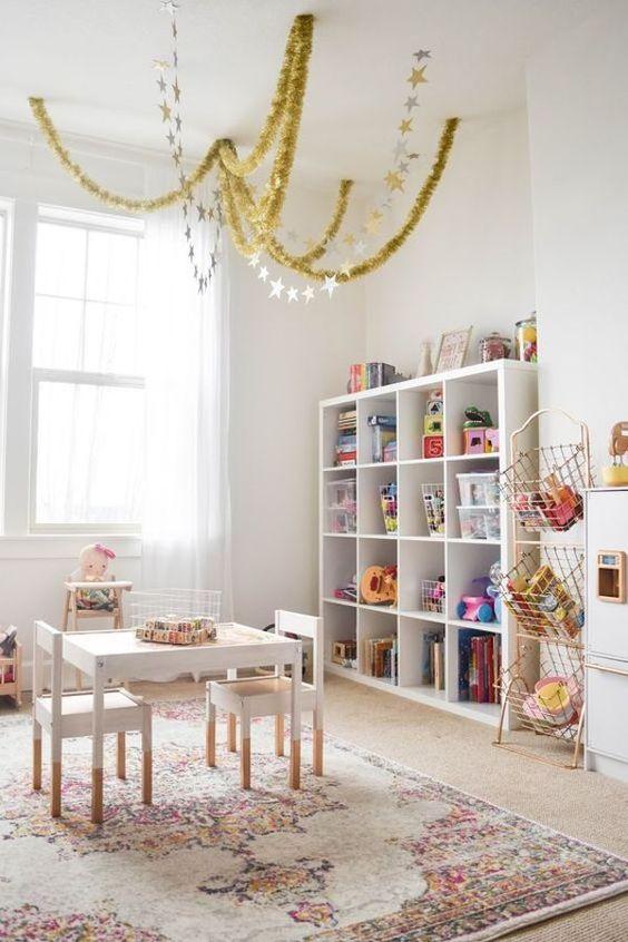 Estante para quarto infantil com brinquedos