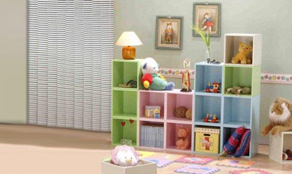 Estantes para guardar brinquedos com cores diferentes