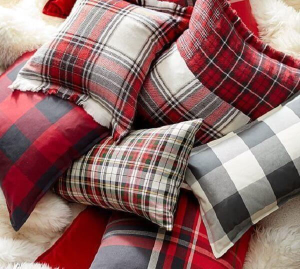 Almofadas de Natal com estampas em xadrez facilmente se harmonizam na decoração