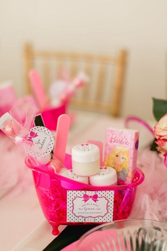Festa da barbie com decoração na mesa dos convidados