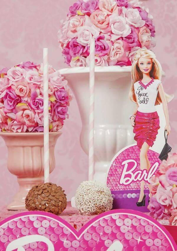 Festa da barbie com docinhos na mesa