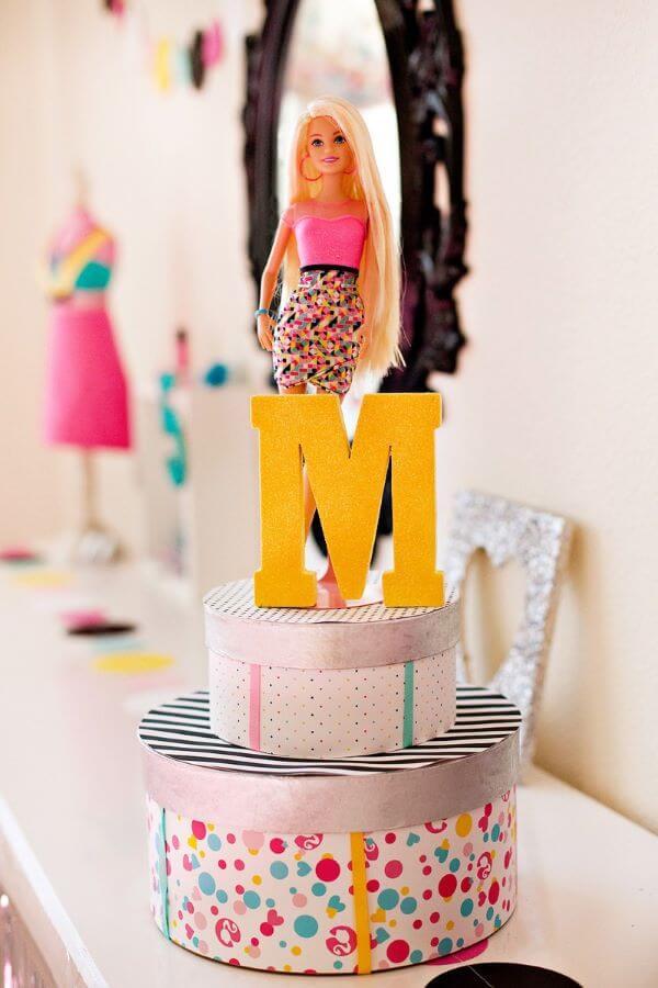 Festa da barbie com a boneca da decoração