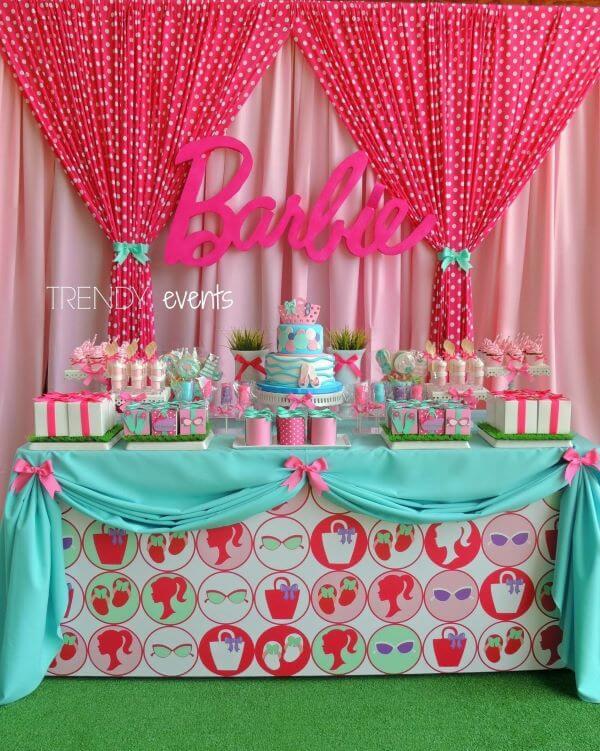 Festa da barbie na piscina com detalhes em azul e rosa
