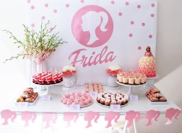 Branco e rosa são cores lindas para usar na decoração de festa da barbie