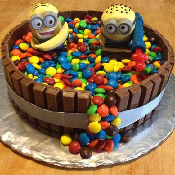 festa dos minions - bolo dos minions com m&m