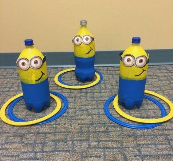 festa dos minions - garrafas decoradas para jogo de argola