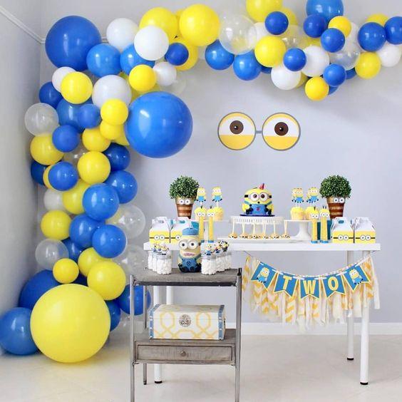 festa dos minions - mesa de doces e bexigas