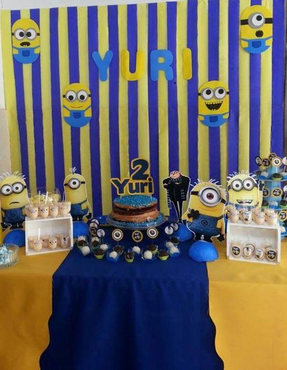 festa dos minions - mesa de festa com bolo simples