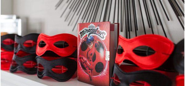 Festa ladybug com máscaras vermelha e preto