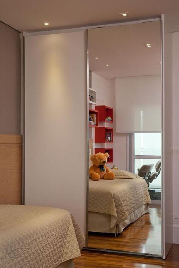 guarda roupa branco com espelho para decoração de quarto de solteiro com nichos vermelhos Foto Pinterest