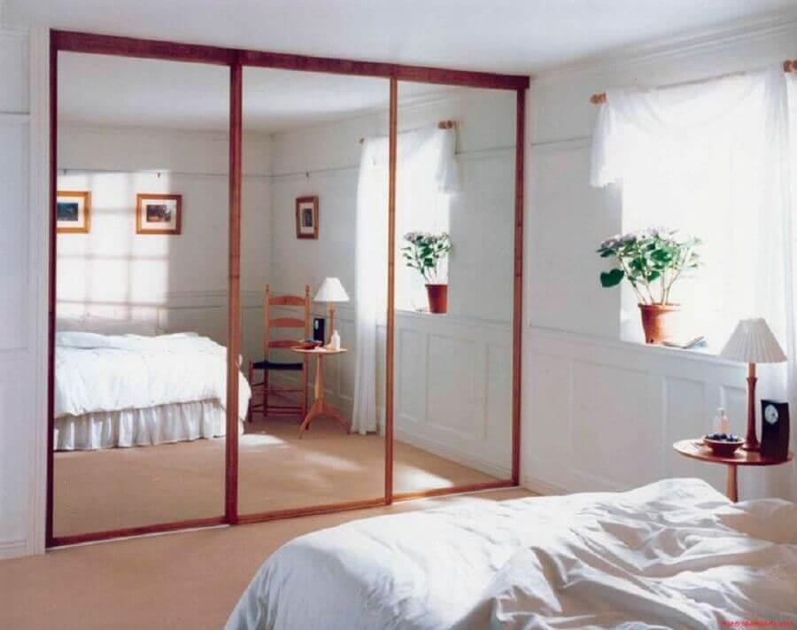 guarda roupa com espelho com portas de correr para quarto simples branco Foto Blue Ridge Apartments