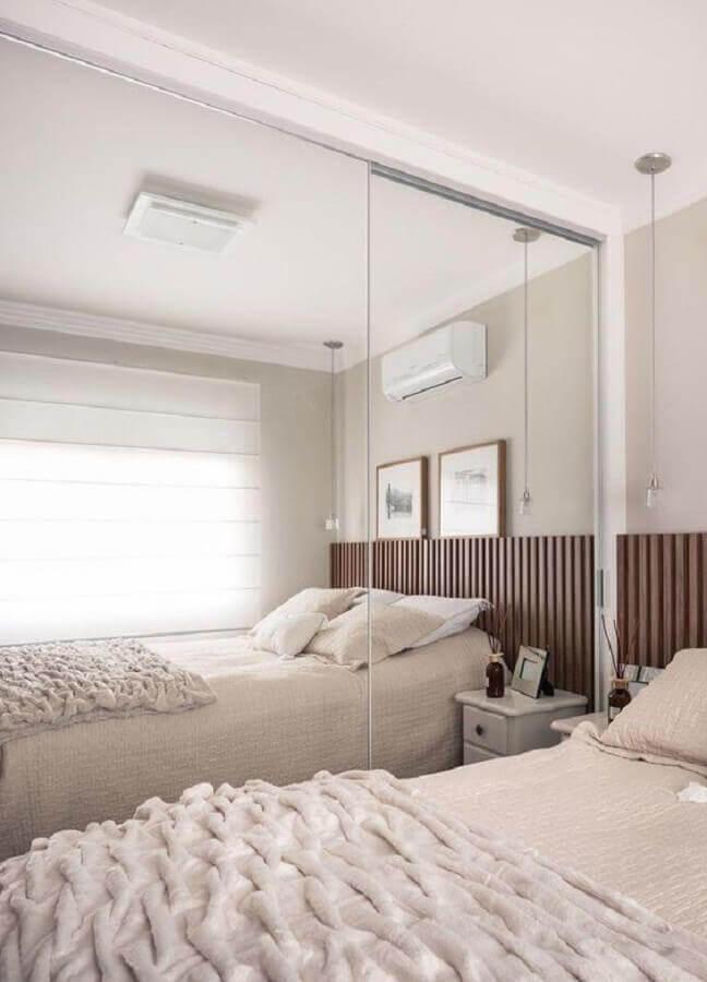 guarda roupa com espelho para decoração de quarto todo branco com cabeceira de madeira Foto Casa de Valentina