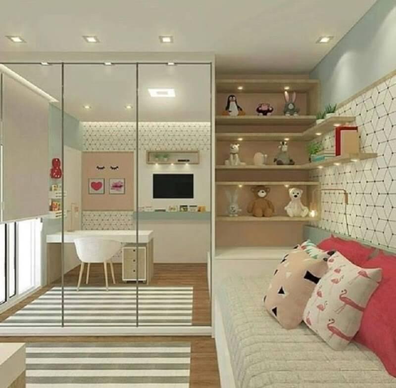 guarda roupa com espelho para quarto infantil decorado com prateleiras de madeira Foto Pinterest