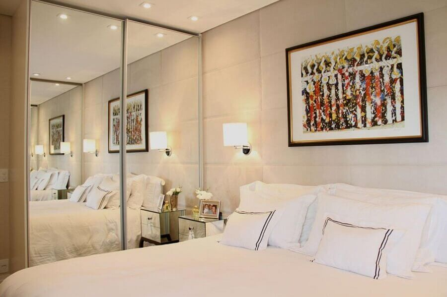 guarda roupa com espelho para quarto todo branco decorado com parede estofada Foto Carolina Molinari Thales Drummond