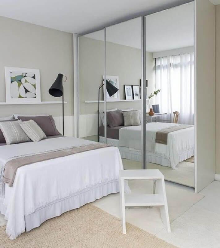 guarda roupa grande com espelho e porta de correr para quarto todo branco Foto Decoração Simples