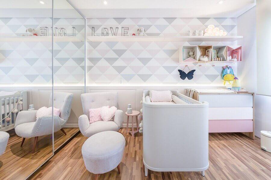 guarda roupa grande com espelho para quarto de bebê decorado em tons pastéis Foto Assetproject