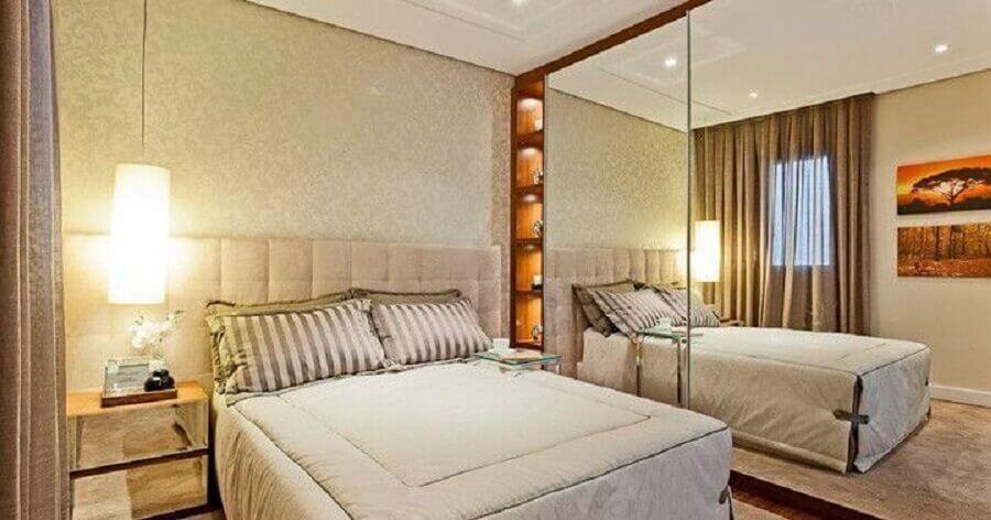 guarda roupa grande com espelho para quarto de casal com criado mudo espelhado Foto Assetproject