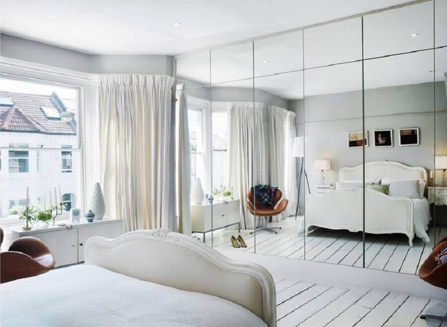 guarda roupa grande com espelho para quarto de casal todo branco com poltrona de couro marrom Foto Desire to Inspire