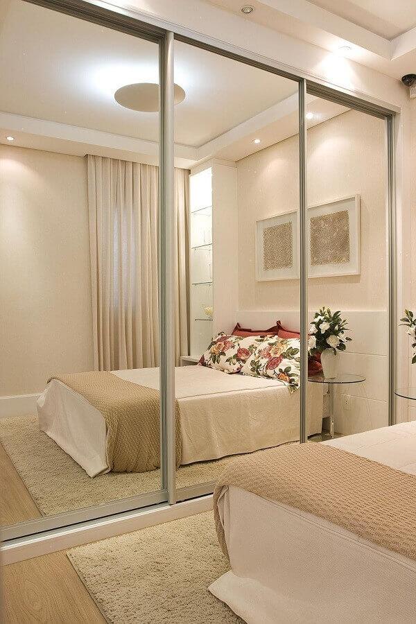 guarda roupa porta de correr com espelho para quarto decorado em tons neutros Foto Levitrabook