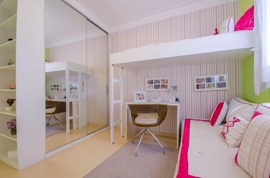 guarda roupa solteiro com espelho para decoração de quarto feminino com papel de parede listrado Foto Teka Tecla