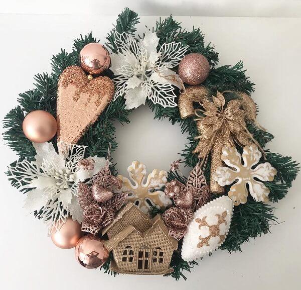 Guirlanda de Natal feita com bolas e flores artificiais