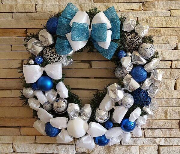 Guirlanda para Natal em tons de branco, azul e prata