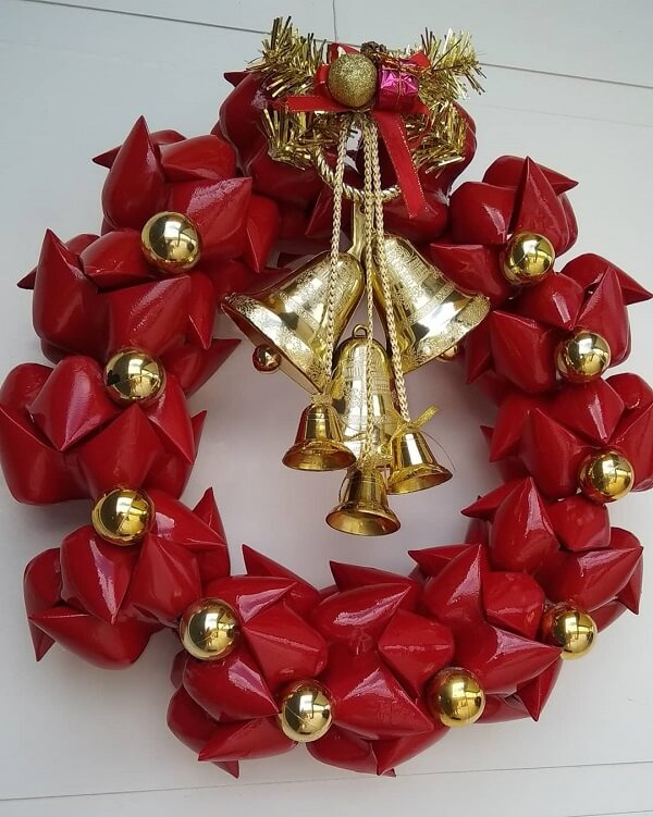 Guirlanda de Natal em vermelho e dourado