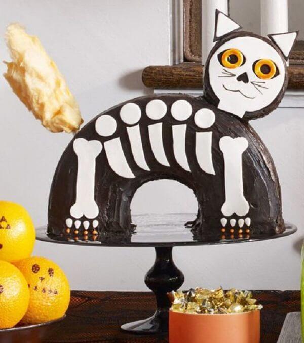 Bolo de Halloween simula o esqueleto de um gato