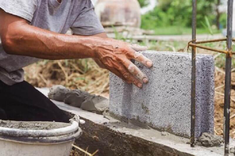 homem construindo uma casa
