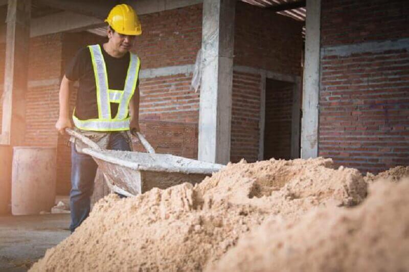 homem trabalhando em canteiro de obra
