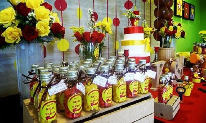 Garrafinhas personalizadas com doces para festa Chá Bar