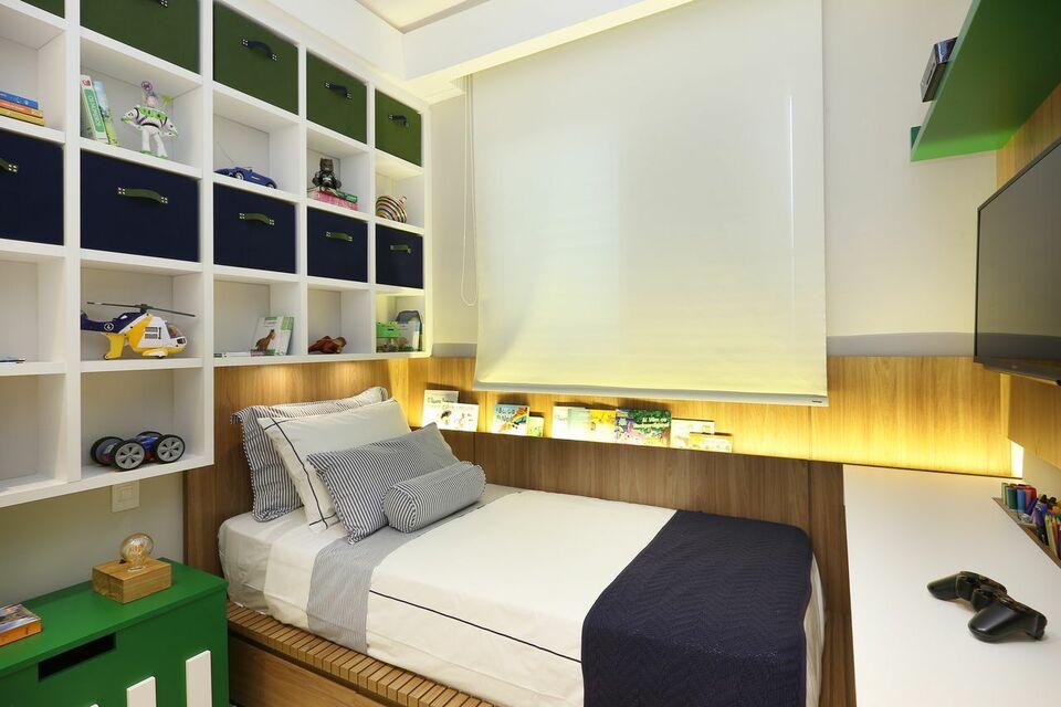 iluminação de led na cama e armário com nichos de madeira