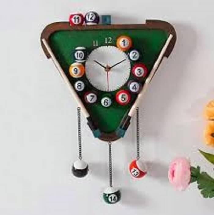 Relógio de parede criativo feito com bolas de bilhar