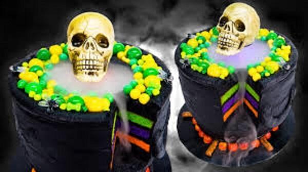 Bolo de Halloween com camadas coloridas e caveira no topo