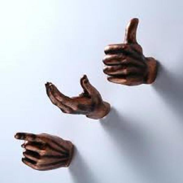 Gancho de parede com design inusitado de mãos
