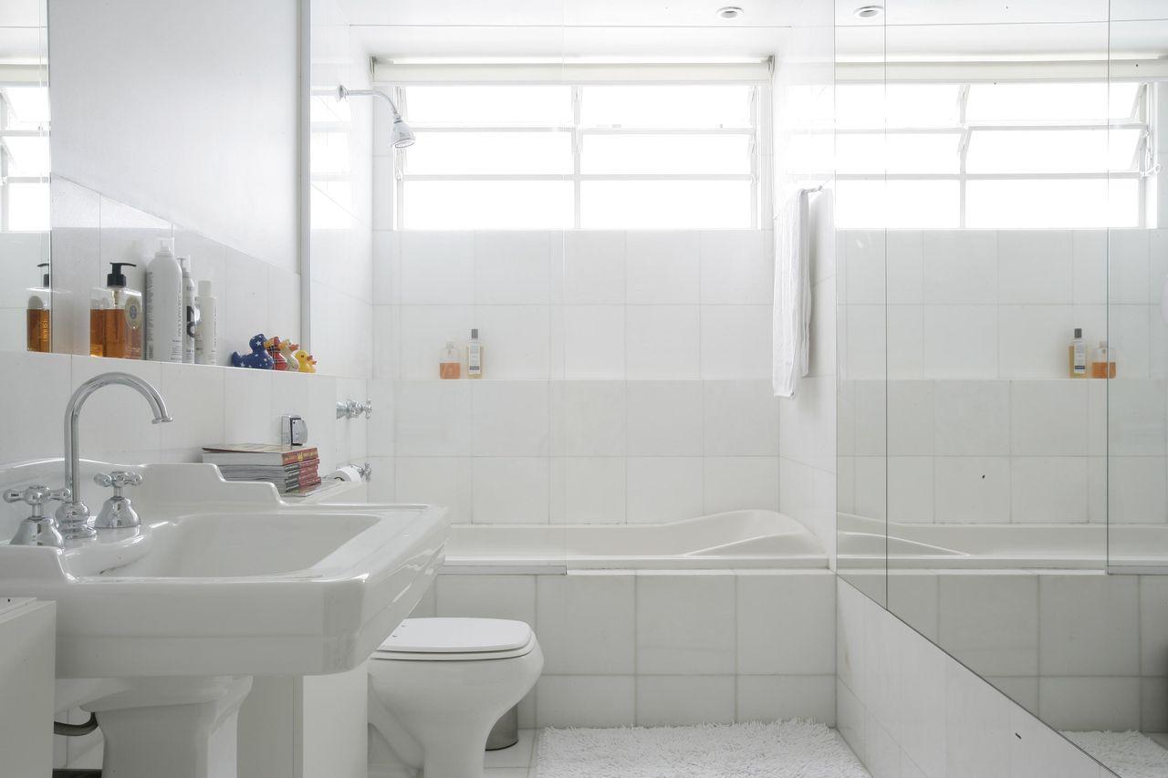 janela para banheiro - banheiro branco com banheira pequena
