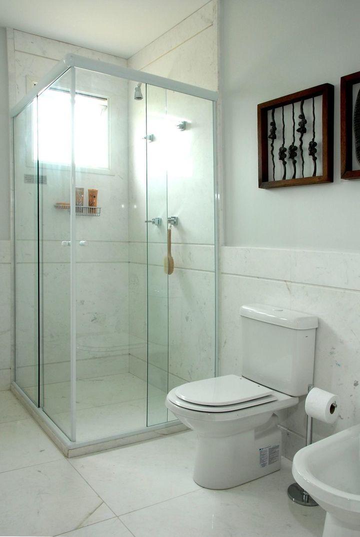 janela para banheiro - banheiro branco com box de vidro