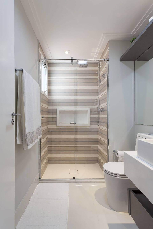 janela para banheiro - banheiro branco com box listrado bege
