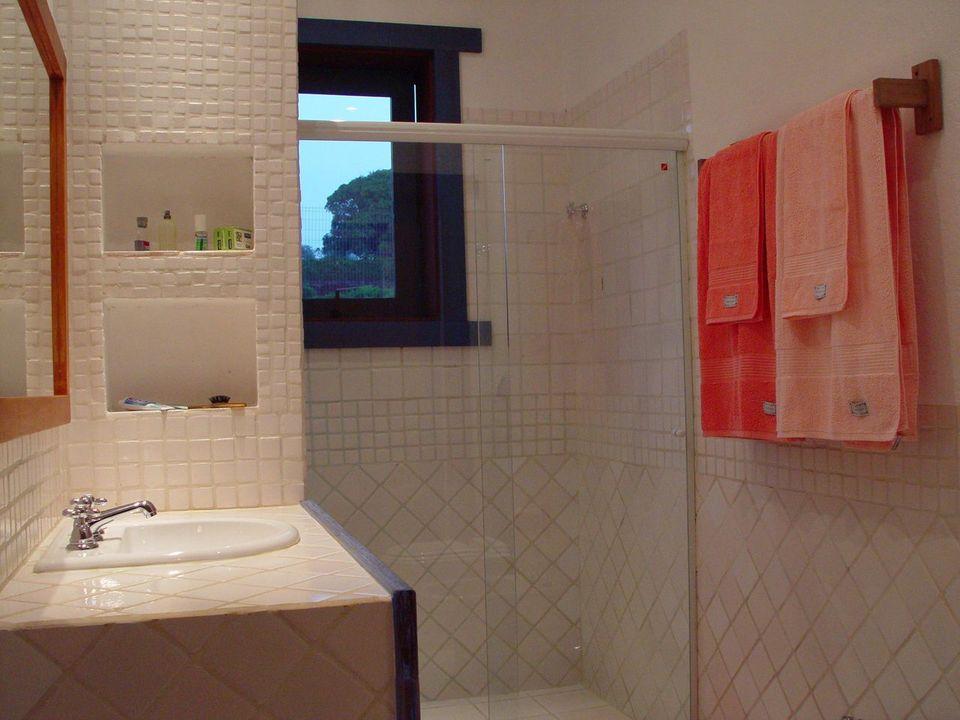 janela para banheiro - banheiro branco com janela azul