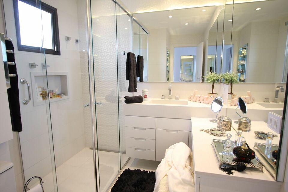janela para banheiro - banheiro branco com penteadeira para maquiagem