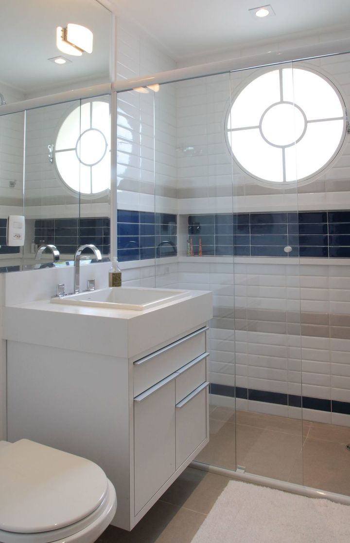 janela para banheiro - banheiro branco e azul com janela circular