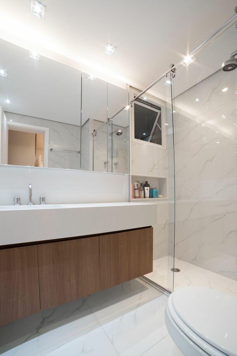 janela para banheiro - banheiro claro com gabinete de madeira