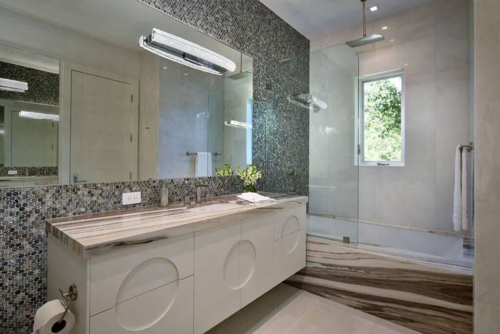 janela para banheiro - banheiro com banheira revestida de mármore