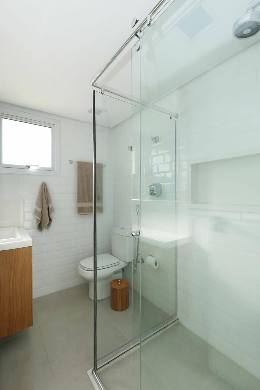 janela para banheiro - banheiro com cesto de madeira