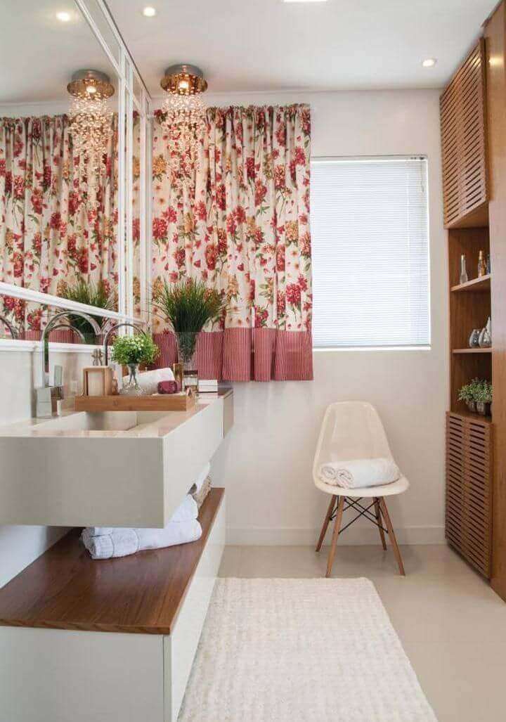 janela para banheiro - banheiro com cortina florida