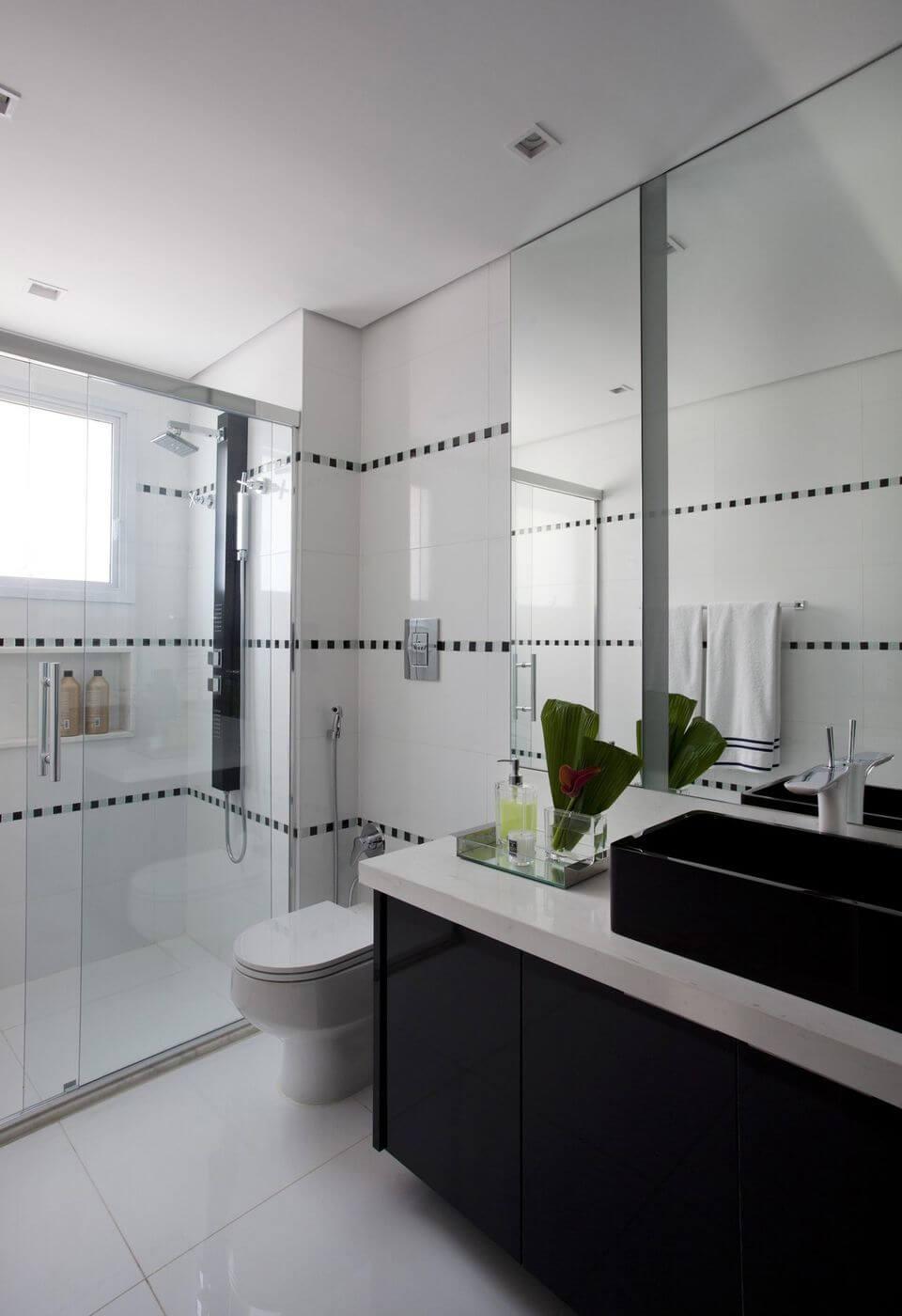 janela para banheiro - banheiro com gabinete preto e janela branco