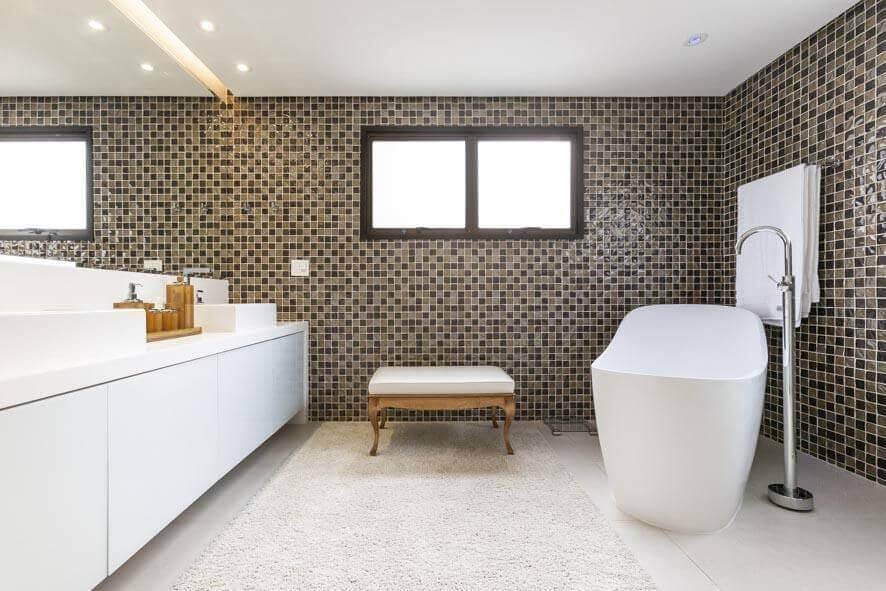 janela para banheiro - banheiro com janela preta grande